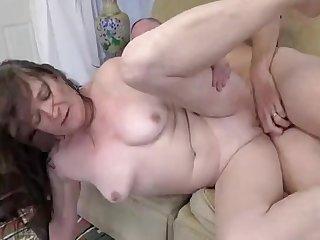 Зрелая длинноволосая женщина отдалась своему мужу на диване после кунилингуса