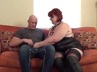 Шикарное порно на диване с опытной жирной шлюхой