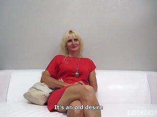 Старая блондинка на порно кастинге послушно дала на диване в позе раком