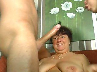 Немецкая зрелая соседка занимается групповым сексом с молодой парочкой