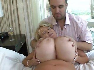 Пышная страстная женщина балует своими огромными титьками пацана в спальне