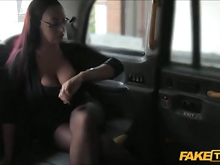 Сисястая клиентка дала в бритую пизду таксисту в машине