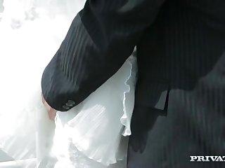 Лысый жених красиво ебет сексуальную невесту возле лимузина