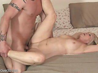Голая старуха во всю трахается в спальне со своим любимым бойфрендом