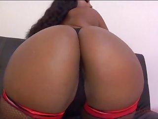 Чёрная грудастая леди развесила свои огромные сиськи, мастурбируя бритую писю