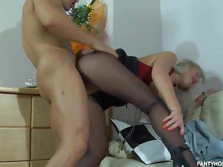 Русская белокурая жена с сочными сиськами соблазняет мужа в спальне
