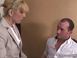 Строгая французская бизнес леди выебана в офисе молодым работником