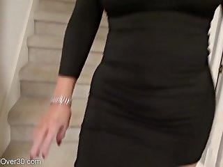 Сексуальная страстная женщина в чёрном платье показывает бритую киску крупным планом