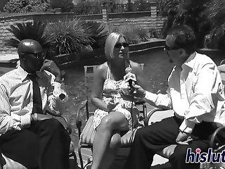 Африканский пацан на диване выебал в бритую пизду старую потаскуху в очках