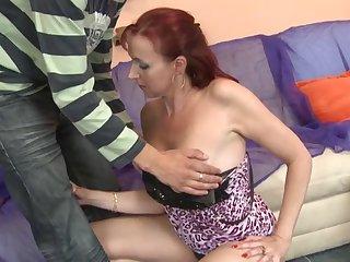 Рыжая 40 летняя потаскуха во всю долбится в бритую киску с молодым самцом