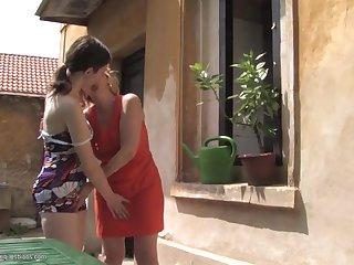 Молодая похотливая лесбиянка лижет пизду своей зрелой подруге на свежем воздухе