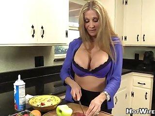 Зрелая грудастая хозяйка доит большой член супруга на кухне
