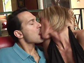 30 летняя блондиночка сладко и страстно обсасывает со всех сторон пенис любимого