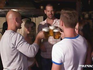 Страстная длинноногая немка трахается с незнакомцем на празднике октоберфеста