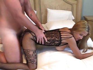 Зрелые муж и жена страстно занимаются любовью в дорогом номере отеля