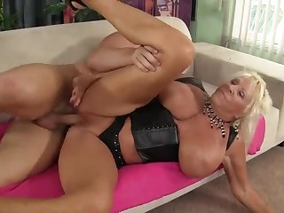 Старая баба с огромной грудью дает на диване лысому мужику