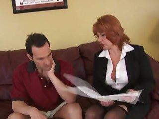 Рыжая старуха жарко кончает от секса с мужиком на диване