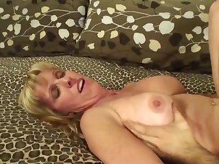Мужик держа за волосы старую соседку, раком отрывает её в попу на кровати
