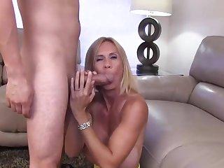 Белокурая мадам ебеться с любовником в сексуальной позе наездницы