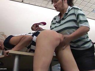 Старые женщины лесбиянки занимаются любовью в офисе после рабочего дня