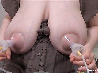 Зрелые сиськи подружек дают много молока