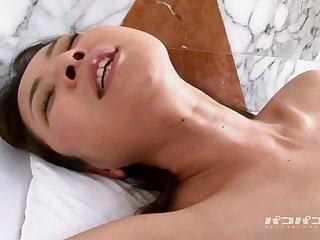 Японский парень пальцами доводит до оргазма свою узкоглазую пассию на кровати