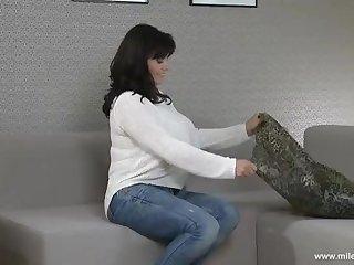 50 летняя женщина страстно ласкает ладошками свои огромные зрелые сиськи