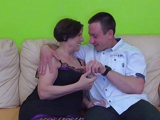 Отменный секс на диване с 50 летней сочной шлюхой