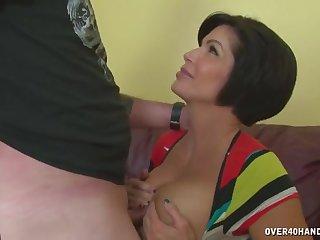 Зрелая жена выдоила у мужа свежую сперму на свои большие сиськи