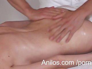 Массаж зрелой женщины закончился великолепным сексом на кушетке
