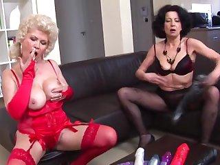 Шикарная мастурбация зрелых ненасытных дам на диване