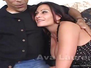 Сисястая проститутка уселась мокрой вагиной на крепкий член старого перца