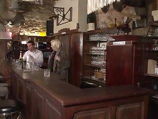 Одинокая французская хозяйка пришла на работу и соблазнила молодого бармена