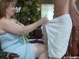 Русская женщина в белых чулках ебеться раком с худым парнем