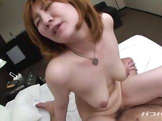 Возбуждающий секс на кровати с рыжей японской сучкой