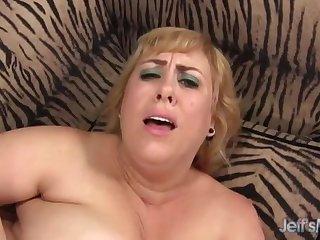 Седой старик ебет в пизду жирную грудастую потаскуху на диване