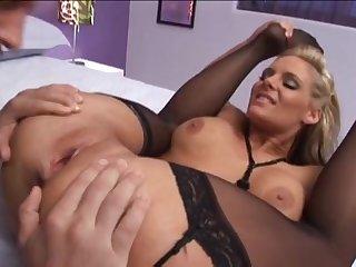 Обнаженная жена в чулках хорошенько выебана лысым мужем в спальне