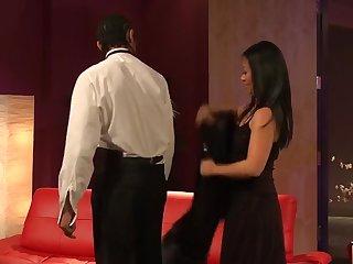 Азиатская красавица дает молодому ухажеру на первом свидании
