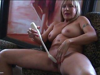 Грудастая старуха довела себя до оргазма, трахая пизду длинной игрушкой