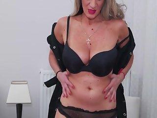 Порно с длинноногой старой мастурбирующей шлюхой