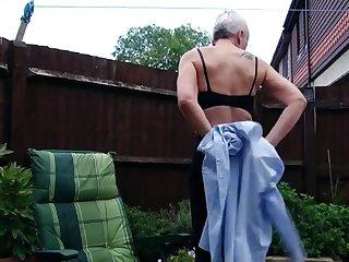 Немецкая старуха трахает себя в саду новым красным фаллосом