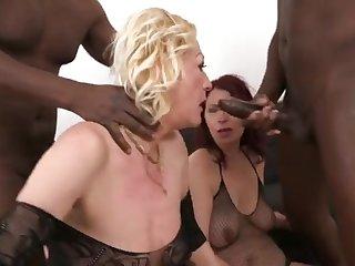 Чёрные свингеры трахают своих опытных зрелых жен на чёрном диване