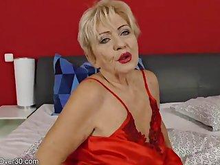 Возбуждающая мастурбация фалосом от зрелой 60 летней нимфоманки в спальне