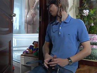 18 летний извращенец подсматривает в душе за голой хозяйкой и возбуждается пышными формами
