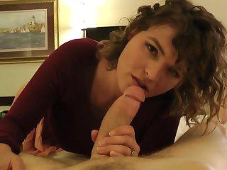 Кучерявой проститутке после ебли в номере кончили на бритую писю