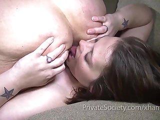 Порно зрелые лесби аккуратно лижут попки друг дружке на диване