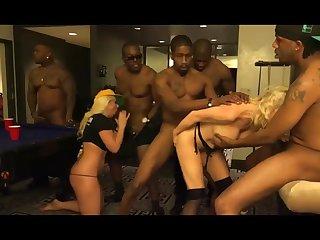 Старую проститутку ебут всей толпой в бильярдном клубе