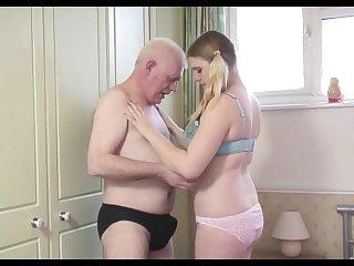 Порно зрелый мужик дал в рот 19 летней соседке с косичками