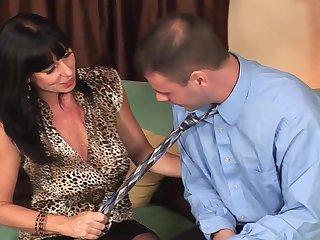 Галстук стал поводом для горячего секса со зрелой любовницей