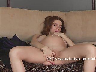 Не смотря на свою беременность, женщина балдеет от мастурбации, раздвинув ножки